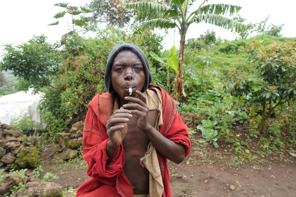 muškarci ne uživaju u pušenju iz lule, već savijaju duhan u kartici