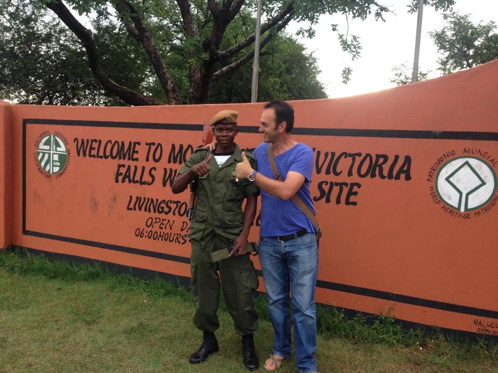 sa zambijskim vojnikom na kapiji nacionalnog parka