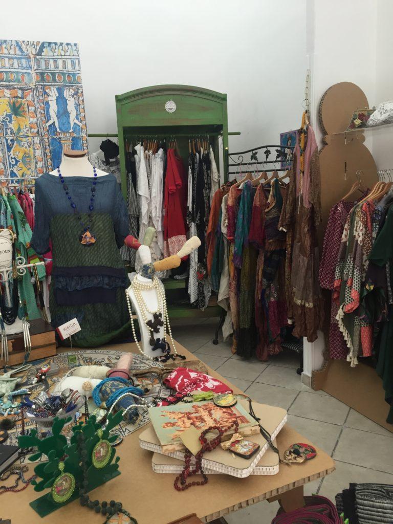 Detalj iz jednog butika u kome se prodaju novi komadi načinjeni od stare garderobe