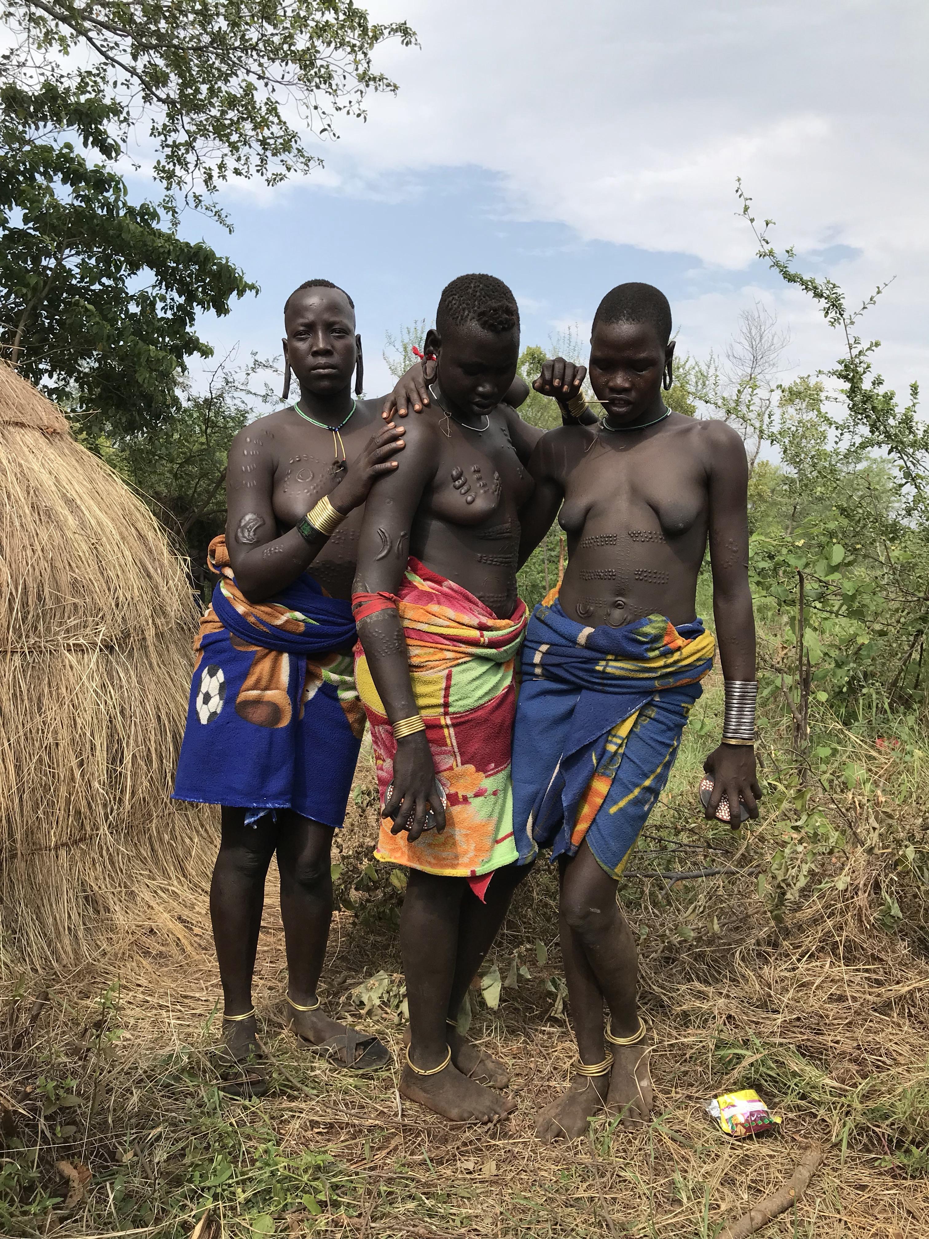 Djevojke sa oziljcima po tijelu Mursi pleme